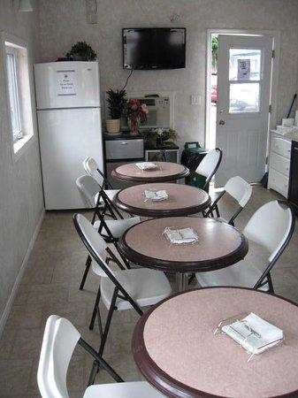 Niagara Parkway Court: Breakfast room