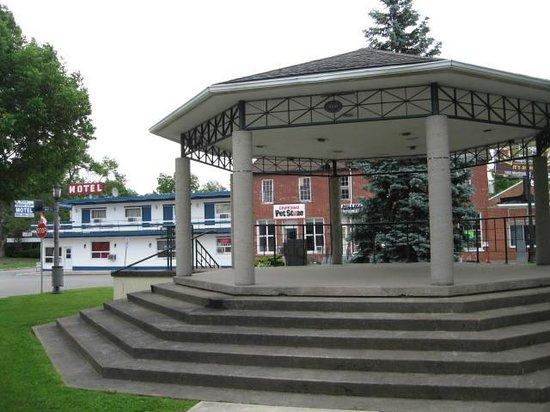 Niagara Parkway Court: Motel behind town square gazebo