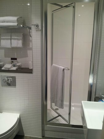 DoubleTree by Hilton Hotel London -Tower of London: Bathroom