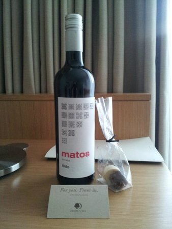 DoubleTree by Hilton Hotel London -Tower of London: Bottle of wine as welcome gift