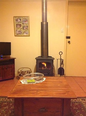 Kalimna Woods Spa & Woodfire Cottages: cosy room