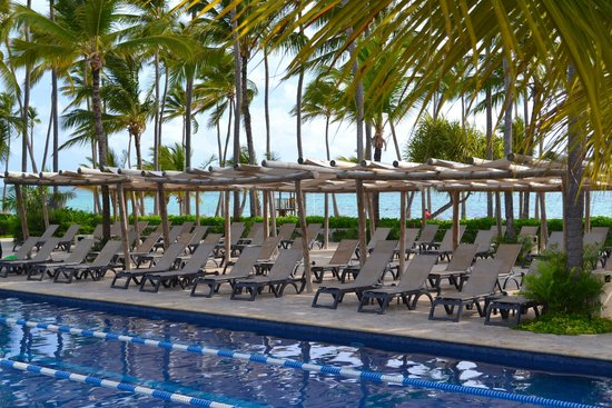 Barcelo Bavaro Palace Deluxe: plenty of poolside chairs at main pool