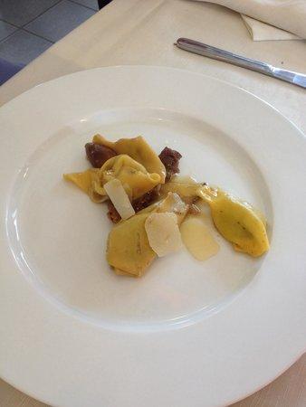 Enoteca Ai Quattro Venti: Zlikrofit ripieni di ricotta allo sclopit con arrosto di maiale e funghi porcini