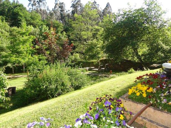 Hotel Spa Relais & Chateaux A Quinta da Auga: Habia unos paseos junto al riachuelo,con bancos perfectos para relajarse charlando,leyendo o soñ
