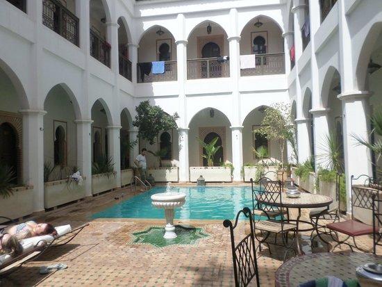 Equity Point Marrakech Hostel : Visão da piscina