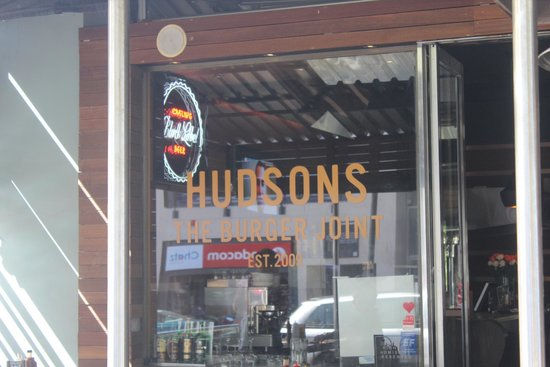 Hudsons, The Burger Joint (Gardens): Janelão frontal