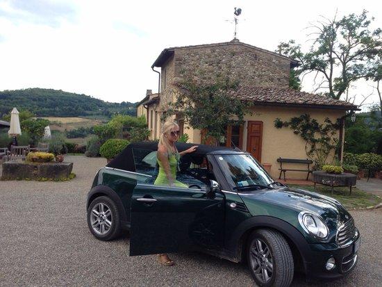 Relais Poggio Borgoni: Car park and reception