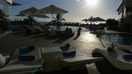 Sheraton Bali Kuta Resort: The pool at sunset