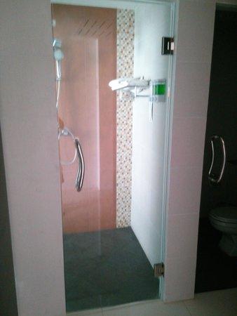 Chanalai Hillside Resort : Shower Room