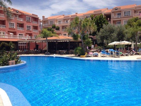 Aparthotel El Duque: main pool and pool bar