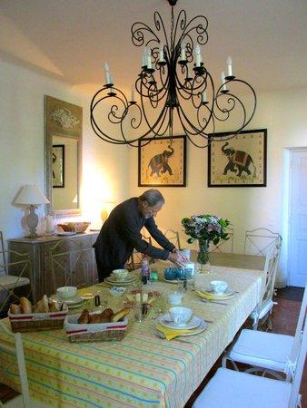 Bastide des Pres Jolis : Frühstückstisch