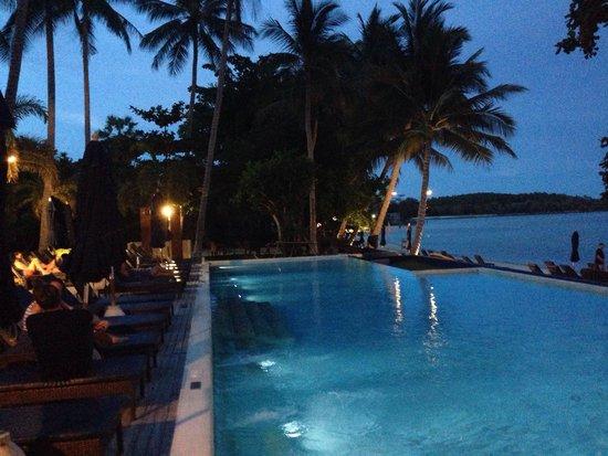 Akyra Chura Samui: Cocktail offert par l hôtel au bord de ma piscine le vendredi soir !