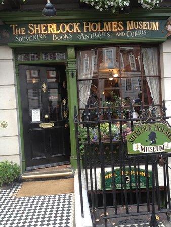 Sherlock Holmes Museum: Как выглядит вход в музей.
