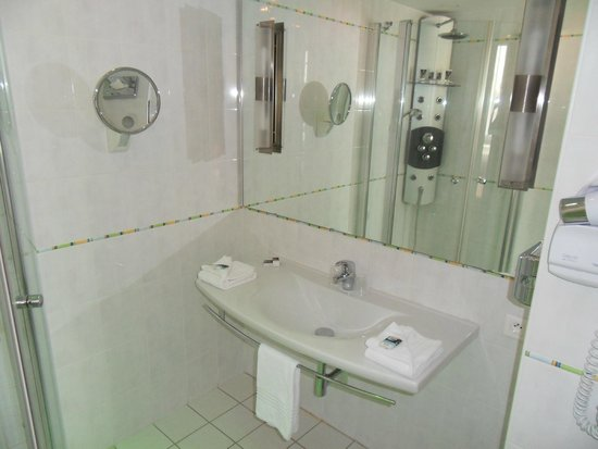 Mercure Limoges Royal Limousin Hotel : Bathroom 111