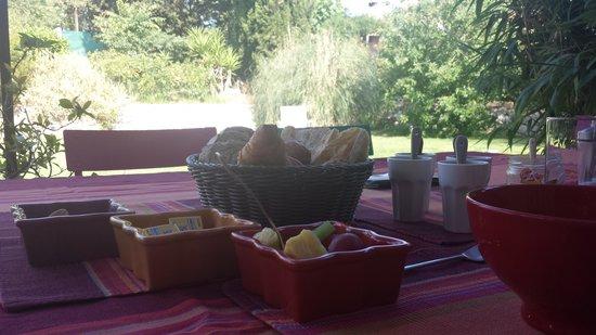 L'Oustalet: Petit-déjeuner avec vue sur le jardin