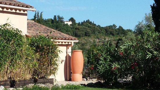 L'Oustalet: Une vue depuis le jardin