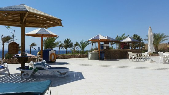 Tropitel Dahab Oasis: The pool bar with the beach beyond