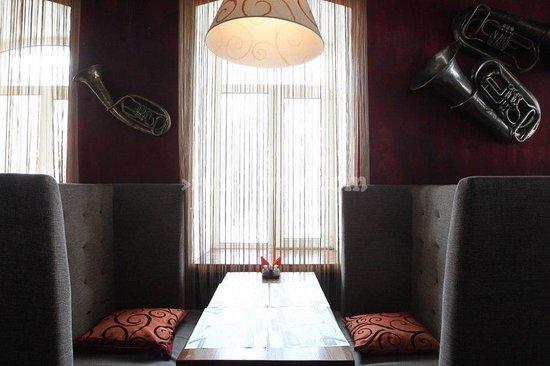 Dudki Bar: Зал 2 этажа, мебель и интерьер