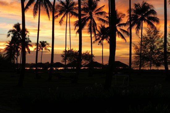 Kantary Beach Hotel Villas & Suites Khao Lak : sunset viewed from the Andaman restaurant
