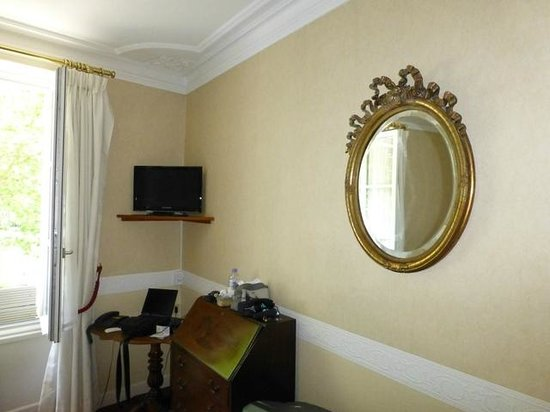 Hotel Le Plantagenet: Tiny TV and old mirror