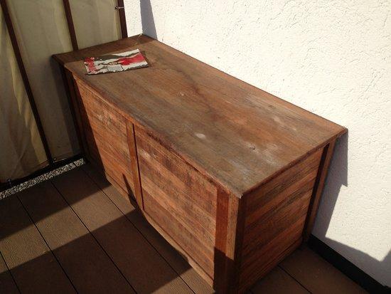 Yachthotel Chiemsee: Muffige Holztruhe. Hier mussten wir unsere Sitzkissen erst mal selber auf der Terrasse einrichte