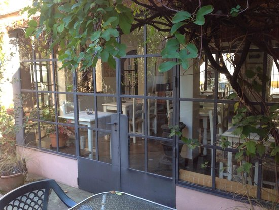 Posada de la Flor: View from the courtyard into the breakfast room