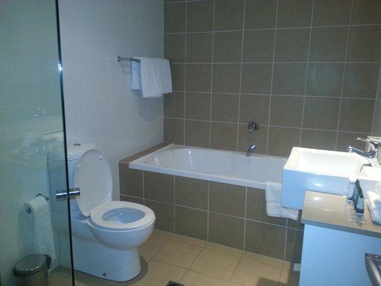 Meriton Suites Broadbeach: Spotless bathroom