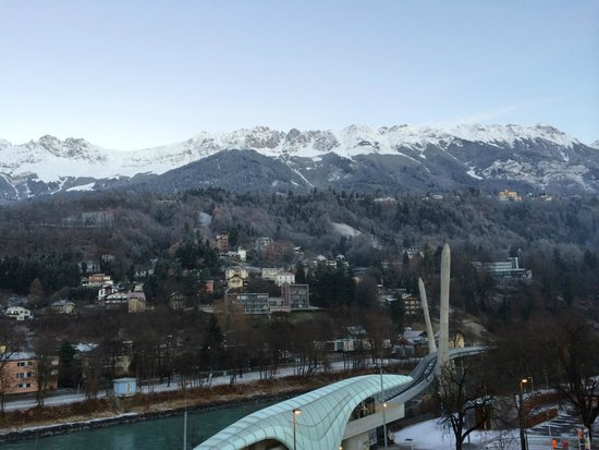 Austria Trend Hotel Congress Innsbruck: 窗外看到的景色,可看到如蝸牛般的Cable Railway Station.