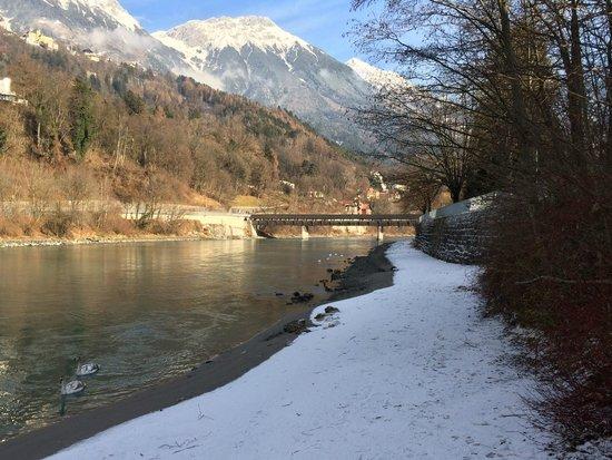 Austria Trend Hotel Congress Innsbruck: 飯店對面是Inn River,沿著河堤走下去就是如照片般的景色。此次到訪為12月中下旬。