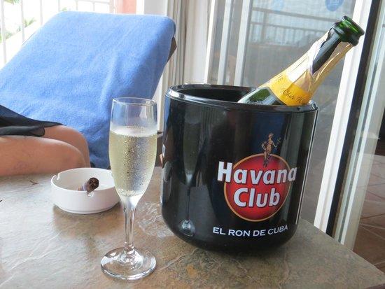 Cayo Libertad Hotel : Verkostung des bereitgestellten Sektes auf der Zimmer-Terrasse