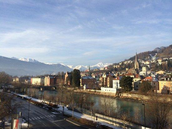 Austria Trend Hotel Congress Innsbruck: 從房外可看到的最左側景色,為山峰的末端。