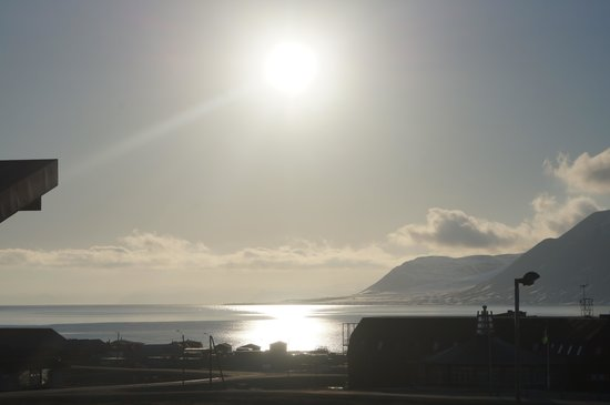 Radisson Blu Polar Hotel, Spitsbergen, Longyearbyen : View from the hotel at Midnight in late May