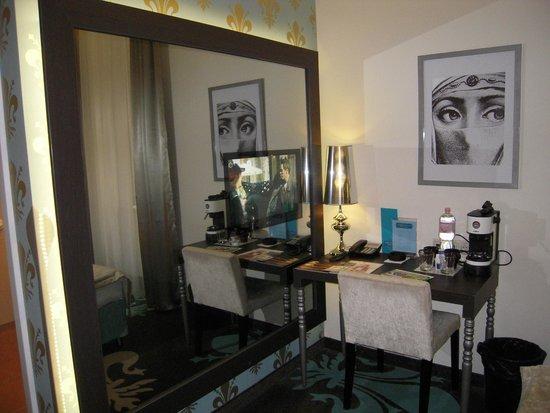 La Prima Fashion Hotel: Il grande specchio con la TV e lo scrittoio.