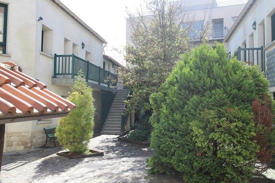Résidence Chlorophylle : Courtyard area.