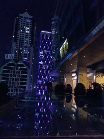 Eastin Grand Hotel Sathorn: Night time by pool (closes at 9pm)