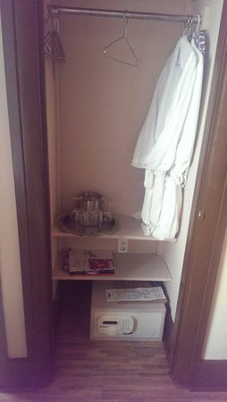 Hotel Shelley: Tiny closet space, no room for our bags