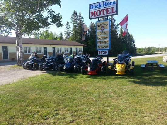 The Buckhorn Motel: Front of hotels with our group of spyder riders