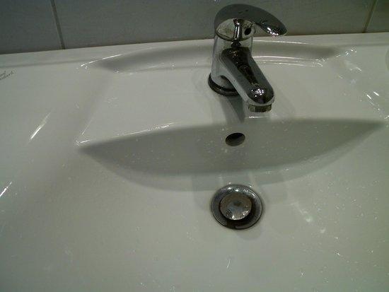 Balneo Hotel Zsori Thermal & Wellness: Rusty lavatory