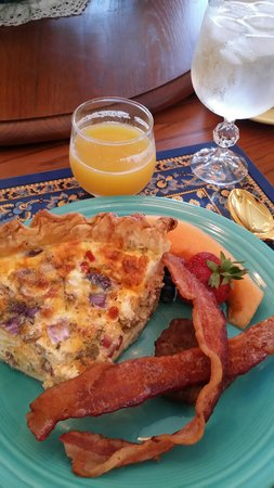 Bald Mountain House at the Wolf Laurel Resort: Breakfast with choice of two quiches and pastry