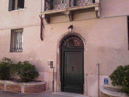 Corte Barozzi Venice Suites: Obscure entrance