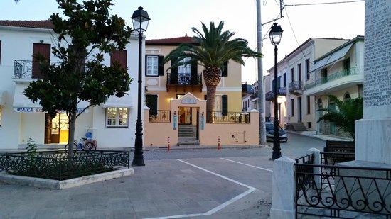 Nostos Hotel: vista dalla piazza antistante