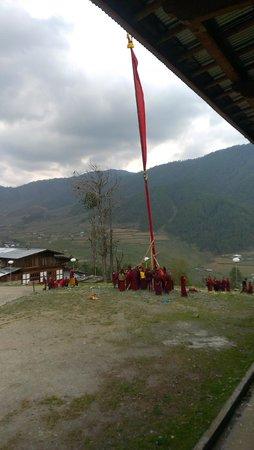 Phobjikha Valley: Monks hoisting a very tall prayer flag