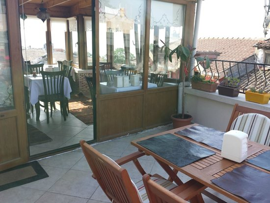 Berce Hotel: breakfast on the patio