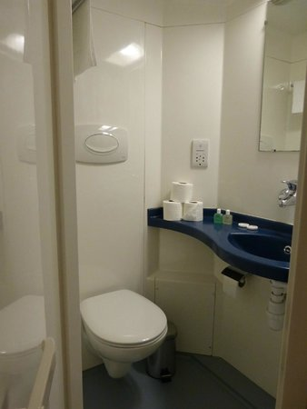 Castleton Hotel: bathroom