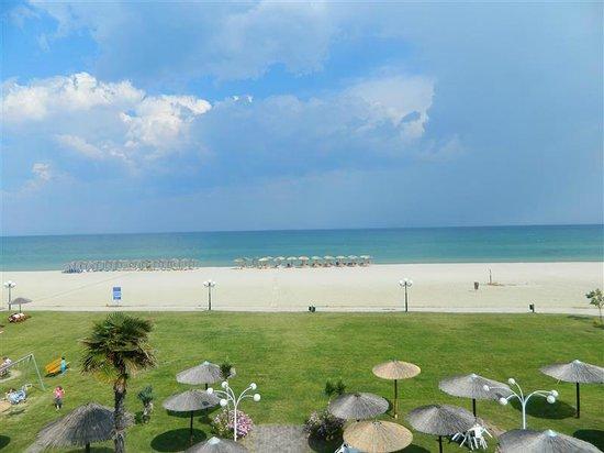 Lidra Hotel : View to beach