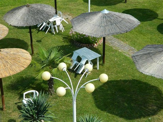 Lidra Hotel : Dining tables under the umbrelas