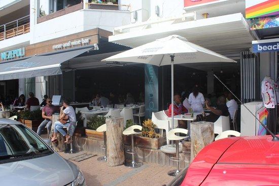 Mezepoli Meze & Wine Bar: Vista lateral