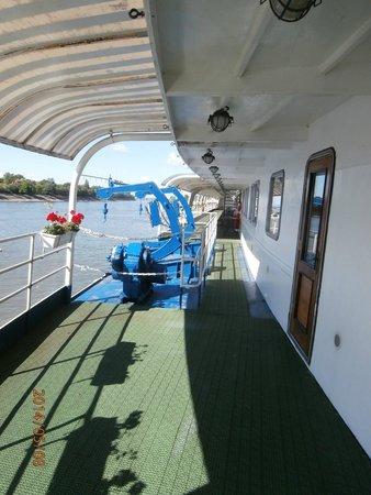 Fortuna Boat Hotel & Restaurant: boat walkway