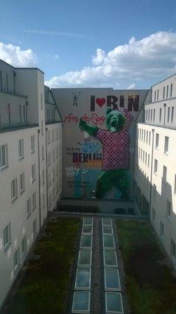Tryp Berlin Mitte Hotel: coutyard mural