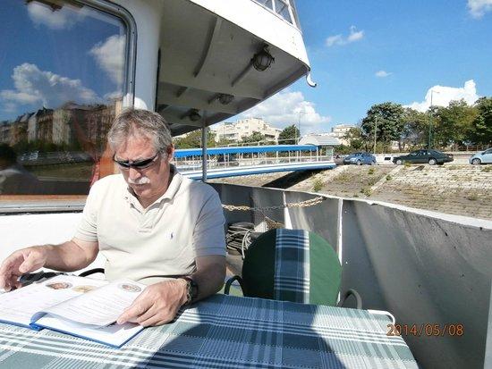 Fortuna Boat Hotel & Restaurant: Beer on the back deck